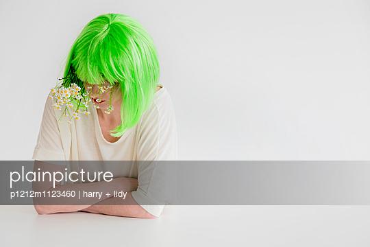 Frau mit grüner Perücke und Kamille - p1212m1123460 von harry + lidy