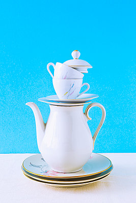 Stack of coffee set - p1149m2027041 by Yvonne Röder