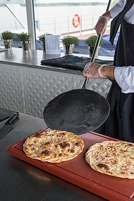 Pizzas/pies - p1216m2260540 von Céleste Manet