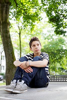 Little boy waiting - p5863528 by Kniel Synnatzschke