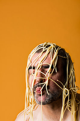 Man covered with pasta - p590m2031577 by Philippe Dureuil