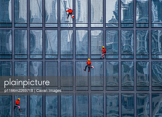 window cleaner's working on facade of high rise building in Bangkok - p1166m2269718 by Cavan Images