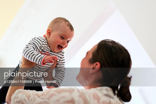 Baby strahlt Mutter an - p1258m1158888 von Peter Hamel