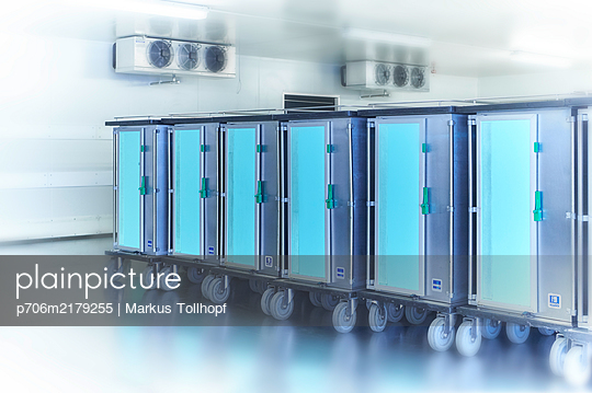 Catering container in the hospital - p706m2179255 by Markus Tollhopf