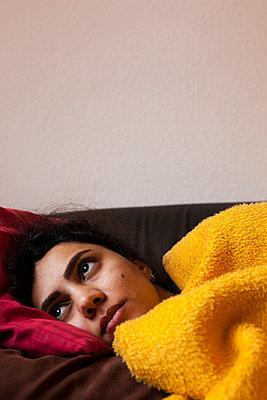 Junge Frau unter gelber Decke - p1611m2182619 von Bernd Lucka