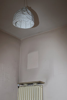 Room with heating element in a deserted house - p237m2207474 by Thordis Rüggeberg