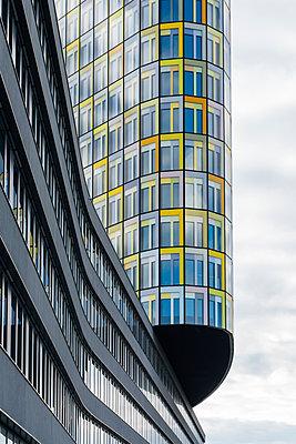 Architektonisches Detail der ADAC Zentrale in München - p728m1170234 von Peter Nitsch