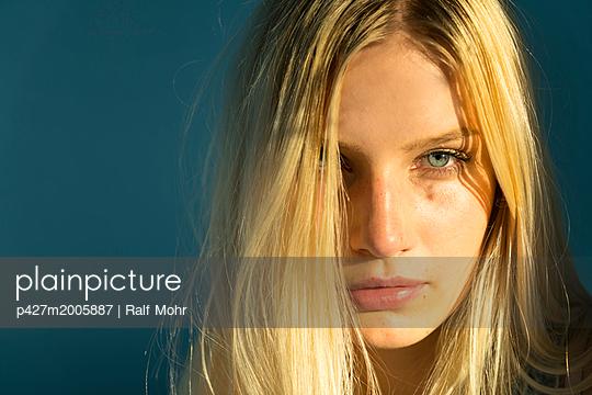 Portrait of blonde woman - p427m2005887 by R. Mohr