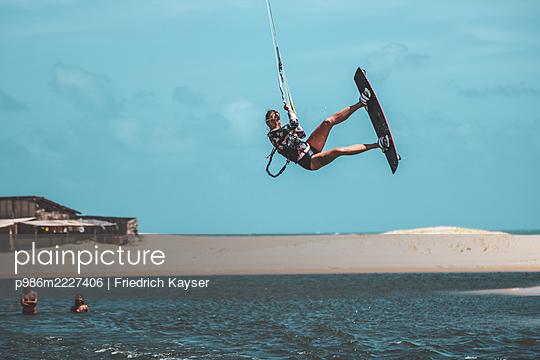 Brazil, Kite surfing - p986m2227406 by Friedrich Kayser
