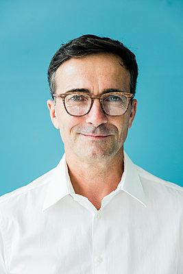 Portrait of confident businessman wearing glasses - p300m2062147 by Robijn Page