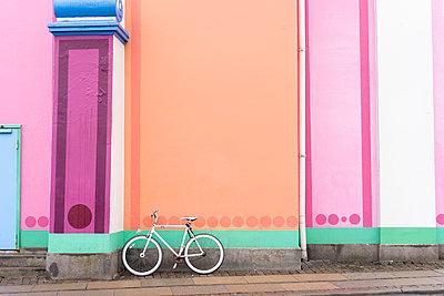Denmark, Copenhagen, Bicycle leaning on colorful wall - p300m2102570 von VITTA GALLERY