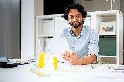 Businessman in the office - p300m2287444 von Giorgio Fochesato