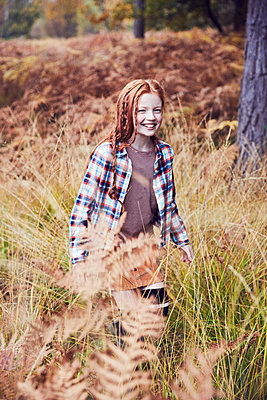 Portrait of young girl in rural setting - p429m1407790 by Emma Kim