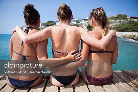 Freundinnen Arm in Arm - p045m1564154 von Jasmin Sander