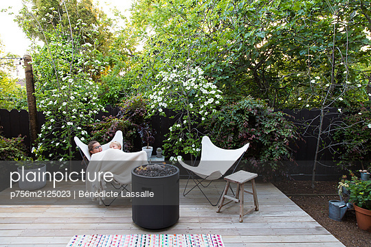 Brother and sister on terrace - p756m2125023 by Bénédicte Lassalle