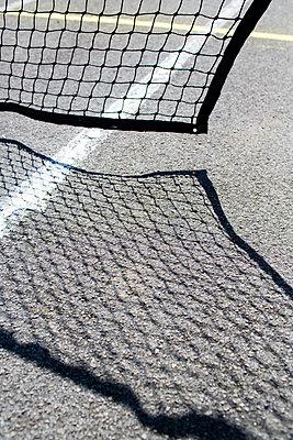 Beschädigtes Netz auf einem Tennisplatz - p1057m1425746 von Stephen Shepherd
