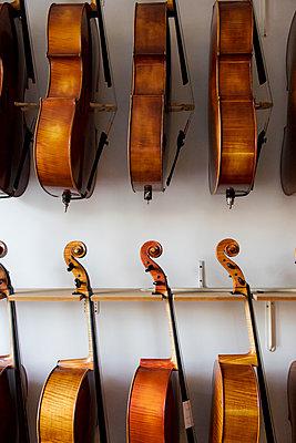 Celli beim Geigenbauer - p1212m1203242 von harry + lidy