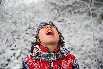 Boy trying to catch snowflakes in his mouth, portrait - p1231m1511119 by Iris Loonen