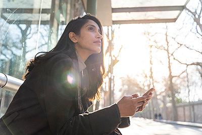 Barcelona, Spain. Young woman commuting. University, student, working, job, commute, indian woman, indian, hindu, publict transport, city, cosmopolitan, susteintable - p300m2166177 von VITTA GALLERY