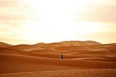 Nomad berber walking on the sand dunes of the Sahara Desert, Morocco - p3437785 by Guillem Lopez