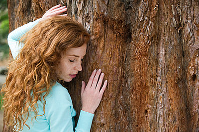 Woman hugging tree - p6244064f by Eric Audras