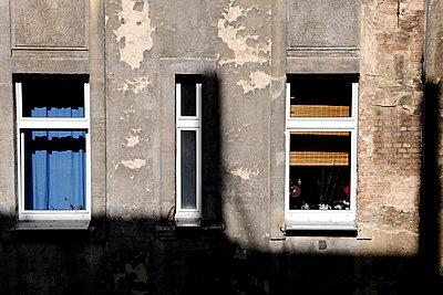 Fenster in einem Hinterhof - p9792602 von Klueter