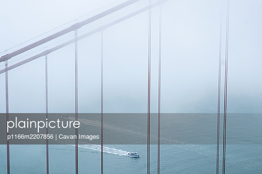 Golden Gate Bridge and two boats in fog - p1166m2207856 by Cavan Images