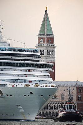 Riesiges Kreuzfahrtschiff vor dem Dogenpalast und Campanile vom Markusplatz, Venedig III - p1493m1585627 von Alexander Mertsch