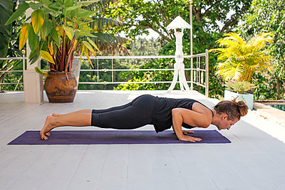 Woman practicing yoga on terrace - p300m1588080 by Mosu Media