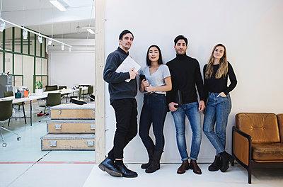 Full length portrait of confident entrepreneurs standing in creative office - p426m1407151 by Maskot
