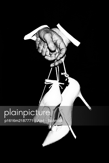 Man holding high heels in hands - p1616m2187771 by Just - Schmidt