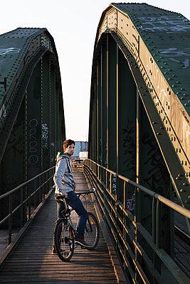 Mann mit Mountainbike - p1222m1286264 von Jérome Gerull