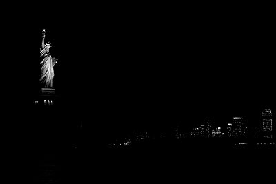 Miss Liberty Night - p1290m1111049 by Fabien Courtitarat