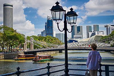 Blick auf Bürotürme am Marina Bay in Singapur - p227m1589145 von Uwe Nölke