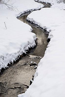Bach im Winter - p1164m951957 von Uwe Schinkel