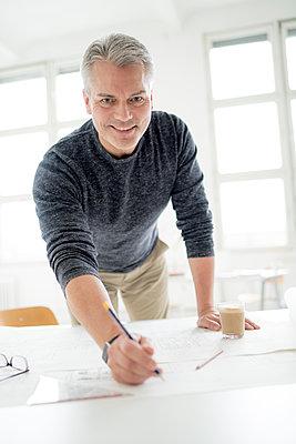 Architekt zeichnet in seinem Büro - p1212m1538886 von harry + lidy