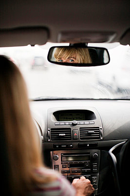 Blonde woman driving car - p31228364 by Peter Rutherhagen