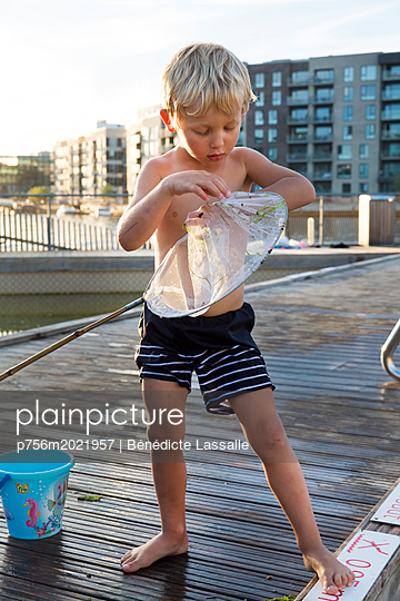 Blonde boy playing with spoon net - p756m2021957 by Bénédicte Lassalle