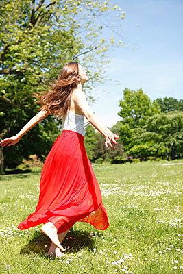woman dancing on a meadow - p045m816844 by Jasmin Sander