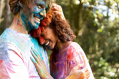 Affectionate couple celebrating Holi, Festival of Colors - p300m2079635 by Eloisa Ramos