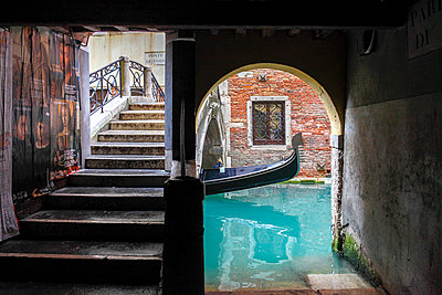 Bridge with canal and gondola, Venice, Veneto, Italy - p651m2033730 by Peter Fischer