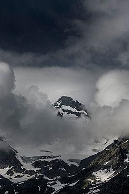 Berggipfel mit Nebel - p248m1452495 von BY