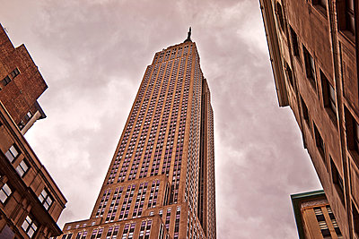 Low angle view of skyscrapers, Brooklyn, New York, USA - p429m976495 by JPM