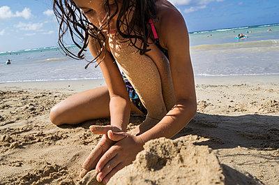 Am Strand spielen - p448m1039305 von Safia Fatimi