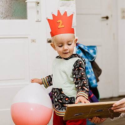 Birthday child receiving a present - p606m2178647 by Iris Friedrich