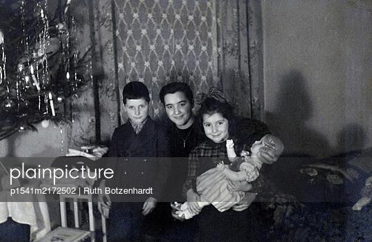 Mutter und ihre Kinder am Heiligabend - p1541m2172502 von Ruth Botzenhardt