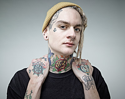 Portrait of young man with tattoos, close up - p300m1174685 by Rainer Holz