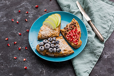 Bread slices with various toppings on plate - p300m2060478 by JLPfeifer