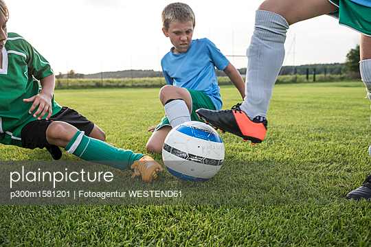 plainpicture - plainpicture p300m1581201 - Young football players tack... - plainpicture/Westend61/Fotoagentur WESTEND61