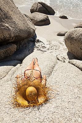 Frau sonnt sich auf Felsen - p045m1444888 von Jasmin Sander